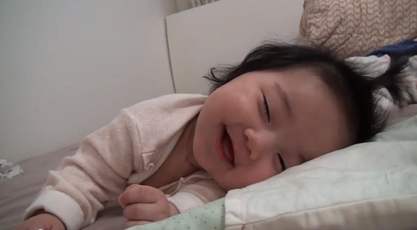 lachende baby in slaap